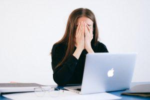 Mogen locatiegegevens en urenstaten van een werknemer worden gecontroleerd?